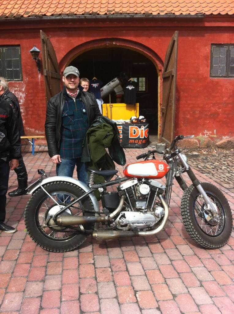 Godsejer Reventlow-Grinling med sin Harley