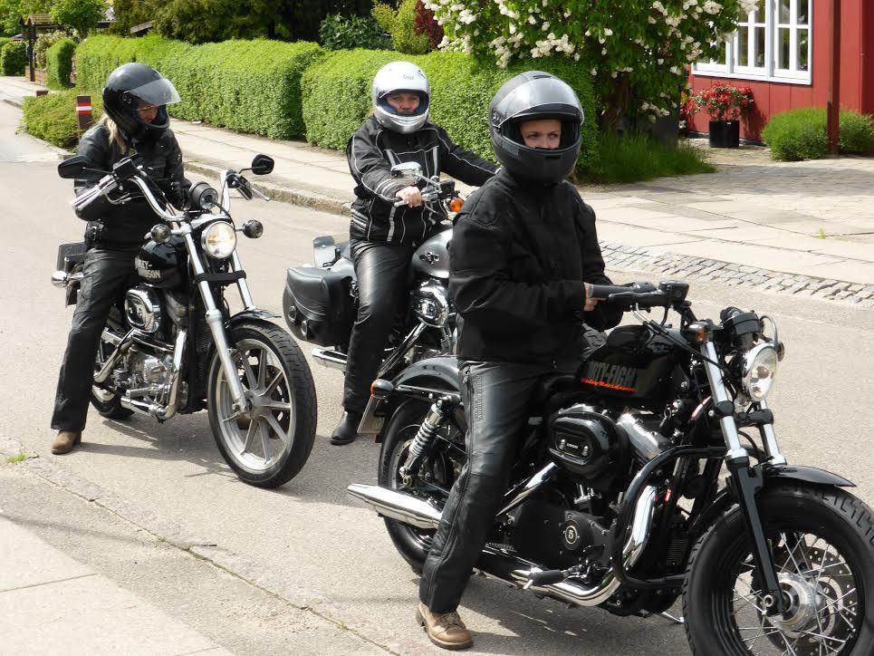 Heidi, Christina og Kristina på deres Harleyer