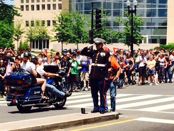 Marineinfanterist salutere Harley-kørere