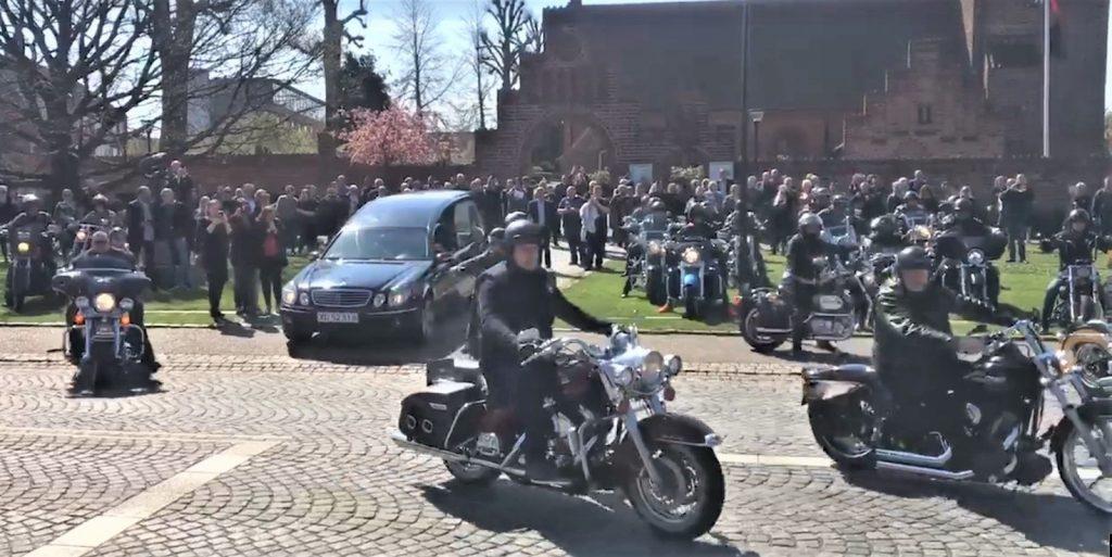 Rustvognen ledsaget af 47 Harleyer forlader Herlev Kirke